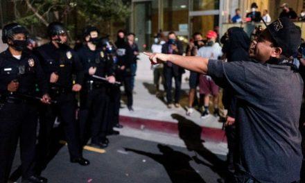 ผู้คนหลายร้อยคนเดินขบวนไปทั่วเมืองลอสแองเจลิสด้วยการประท้วงต่อต้านการตายของจอร์จฟลอยด์
