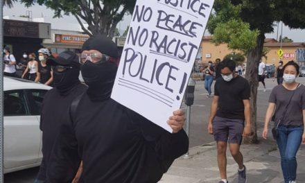 วันที่ 2 มิ.ย. ผู้คนที่กำลังมาประท้วงเดินผ่านไทยทาวน์เพื่อมาสมทบกับกลุ่มใหญ่บนถนน Hollywood Blvd