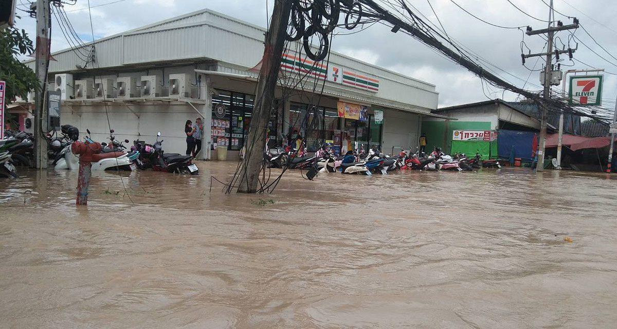 ระยองอ่วม ฝนตกหนักติดต่อกันหลายวัน ฝายแตก น้ำทะลักท่วมถนน-หมู่บ้านนับร้อย