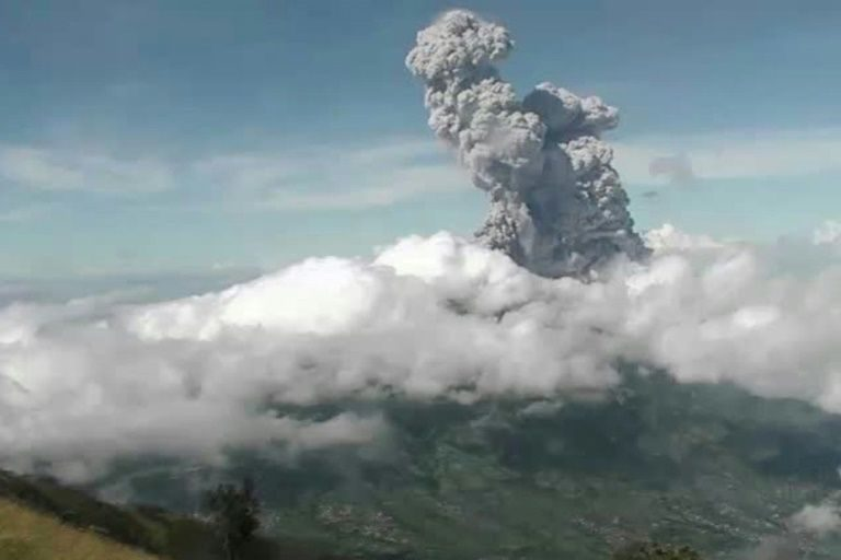 เขาเมอราปี ภูเขาไฟที่จังหวัดชวากลาง ประเทศอินโดนีเซีย เกิดปะทุขึ้นติดต่อกัน 2 ครั้ง