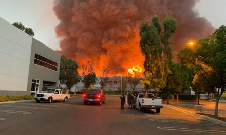 รถพ่วงของอเมซอนขึ้นไปในกองเพลิงขนาดใหญ่ที่อาคารพาณิชย์เรดแลนด์