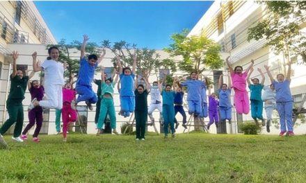 ทีมแพทย์ลาวเฮ ฉลองความสำเร็จพิชิตโควิด ส่งกลับผู้ป่วยรายสุดท้าย