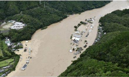 ฝนกระหน่ำคุมาโมโตะ ตื่นมาบ้านถูกดินสูบหาย จนท.สั่งอพยพ2แสนคน