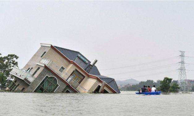 บ้านทรุดเอียงจมน้ำท่วม ผลพวงฝนหนักที่จีน แนวพนังทะเลสาบโผหยางแตก