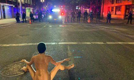 (คลิป) ผู้ประท้วงในเมือง Portland รัฐ Oregon ถึงกับเปลือยกายประชันหน้ากับเจ้าหน้าที่ของรัฐบาลกลางวอชิงตันดีซี