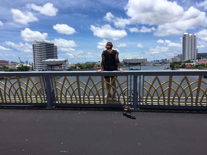 ระทึก ! ตำรวจกล่อมหญิงหวังโดดสะพานพระราม 8 หวาดเสียว เหม่อเกาะอยู่ขอบสะพาน
