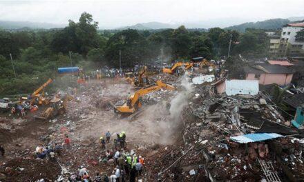 อินเดียช่วยออกมาแล้ว 60 ชีวิต ตาย 2 ศพ อาคารที่อยู่อาศัยพังถล่ม