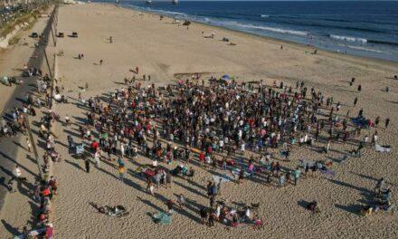 (คลิป) คนร่วมร้อยฝืนกฎหมายหน้ากากอนามัย นมัสการพระเจ้าบนชายหาด