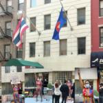 สาวไทยบุกถอดเสื้อผ้าหน้ากงสุลไทยในนิวยอร์ก ชูสามนิ้วละเลงสี