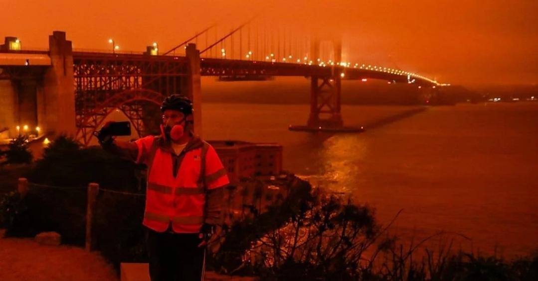 ไฟป่าแคลิฟอร์เนียเปลี่ยนท้องฟ้าเป็นสีส้ม