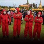 กลุ่มชุดแดงใส่หน้ากาก โผล่ชู 3 นิ้ว เผชิญหน้าตำรวจ-รถน้ำ กลางสนามหลวง