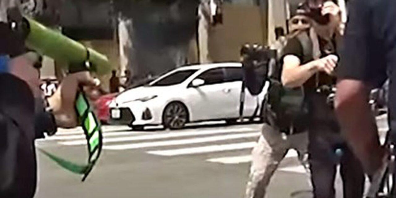 ในเดือนมิถุนายน 2020 คลิปโชว์ว่า LAPD ยิงเข้าขาหนีบของชายผู้ชุมนุมคนหนึ่ง บาดเจ็บสาหัสที่อัณฑะ
