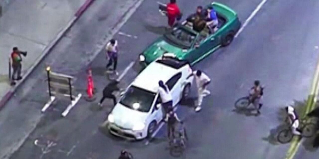 รับสองคันขับฝ่าฝูงคนที่กำลังยืนประท้วงได้ชนถูกผู้ชุมนุมแล้วขับรถหนี ในฮอลลีวูดใกล้ไทยทาวน์