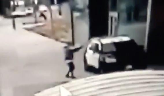 LASD: วิดีโอแสดงเจ้าหน้าที่ที่ถูกซุ่มโจมตีถูกยิงขณะอยู่ในรถลาดตระเวนในคอมป์ตัน ผู้ต้องสงสัยมีรูปร่างขนาดใหญ่