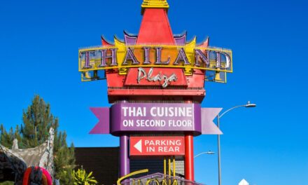 """คลิปรีวิวอาหารและขนมไทยจากสี่ภาคของไทย ที่ """"ไทยทาวน์แอลเอ"""" คนดูเกือบแสน โดยสามหนุ่ม FUNG BROS."""