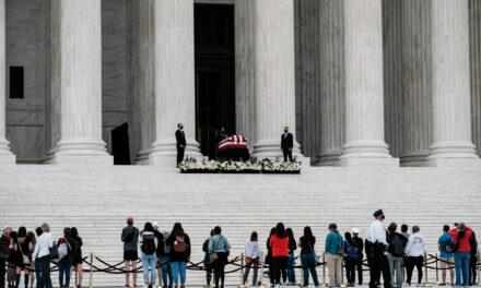 ประธานาธิบดีทรัมป์แสดงความเคารพต่อผู้พิพากษา รูธ เบเดอร์กินส์เบิร์ก ผู้ล่วงลับในเช้าวันพฤหัสบดี ถูกกลุ่มผู้ประท้วงเยาะเย้ยบนถนนด้านล่าง