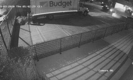 แก๊งขโมยจดหมายถุงเมล์ถูกบันทึกภาพเมื่อเช้านี้ วิดีโอแสดงจดหมายถุงไปรษณีย์ USPS ที่ถูกโยนทิ้งในที่ลานจอดรถของแคลิฟอร์เนีย