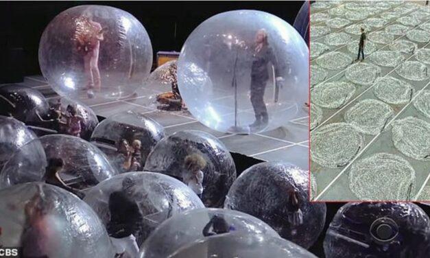 มันส์คอนเสิร์ตยุคโควิด ทั้งนักดนตรี-แฟนเพลงอยู่ในพลาสติกพองลม