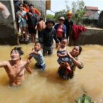 น้ำหลากท่วมเวียดนาม 130 ศพแล้ว สลดสามีเห็นภรรยาจมไปต่อหน้า