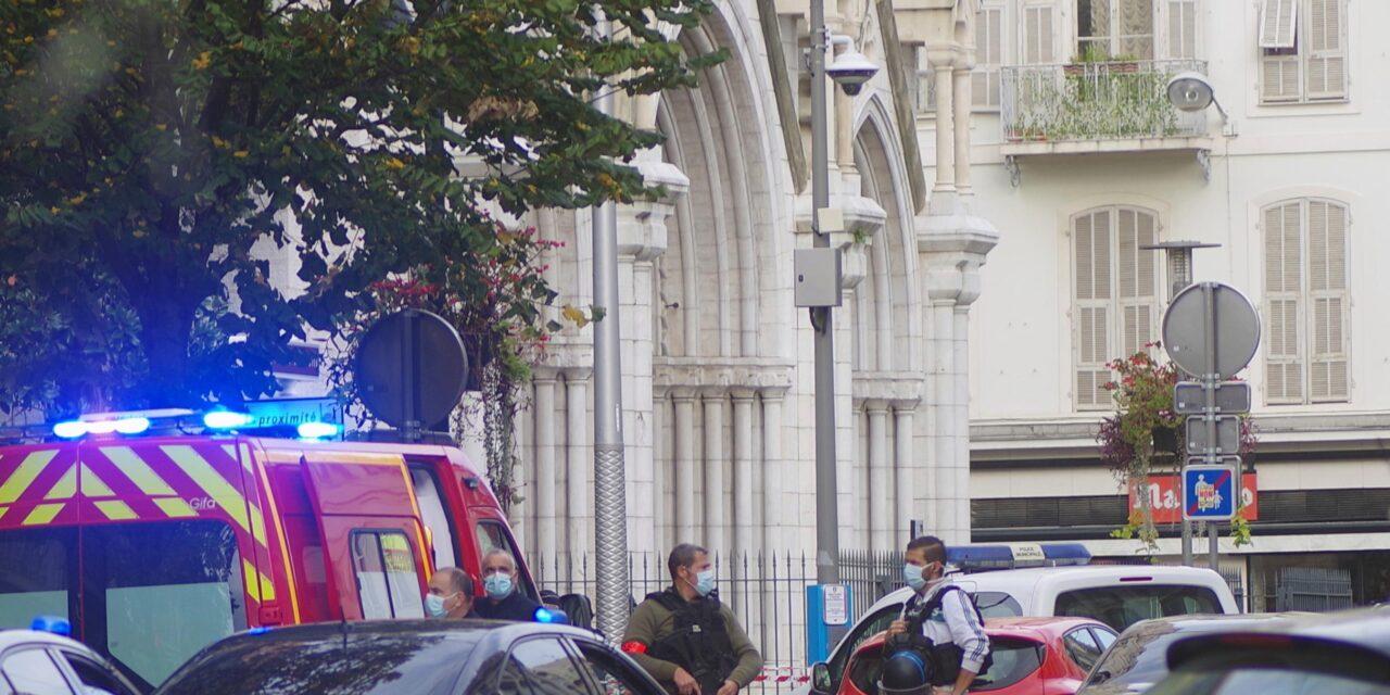 3 คนเสียชีวิตจากการโจมตีที่โบสถ์ฝรั่งเศส ทั่วประเทศที่มีการแจ้งเตือนสูง