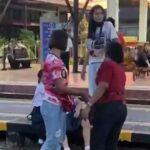 นักเรียนหญิงโดนตบกลางสถานีรถไฟ เพราะไม่ยืนเคารพธงชาติ  ่ป้าดังทั่วโซเชียว ่