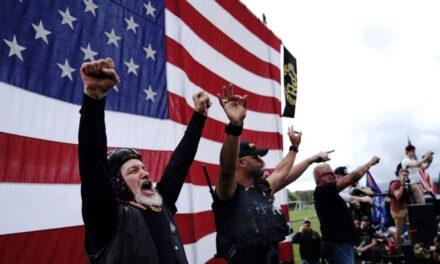 กลุ่มเอียงขวาอเมริกัน 'พราวด์ บอยส์' เฮ! ถูกพูดถึงบนเวทีดีเบต ทรัมป์-ไบเดน
