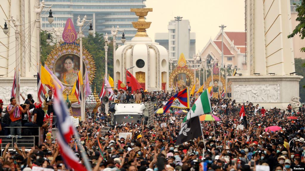 """สื่อนอกวิเคราะห์: เศรษฐกิจไทยอาจเจอศึกหนักระดับ """"วิกฤติต้มยำกุ้ง"""""""