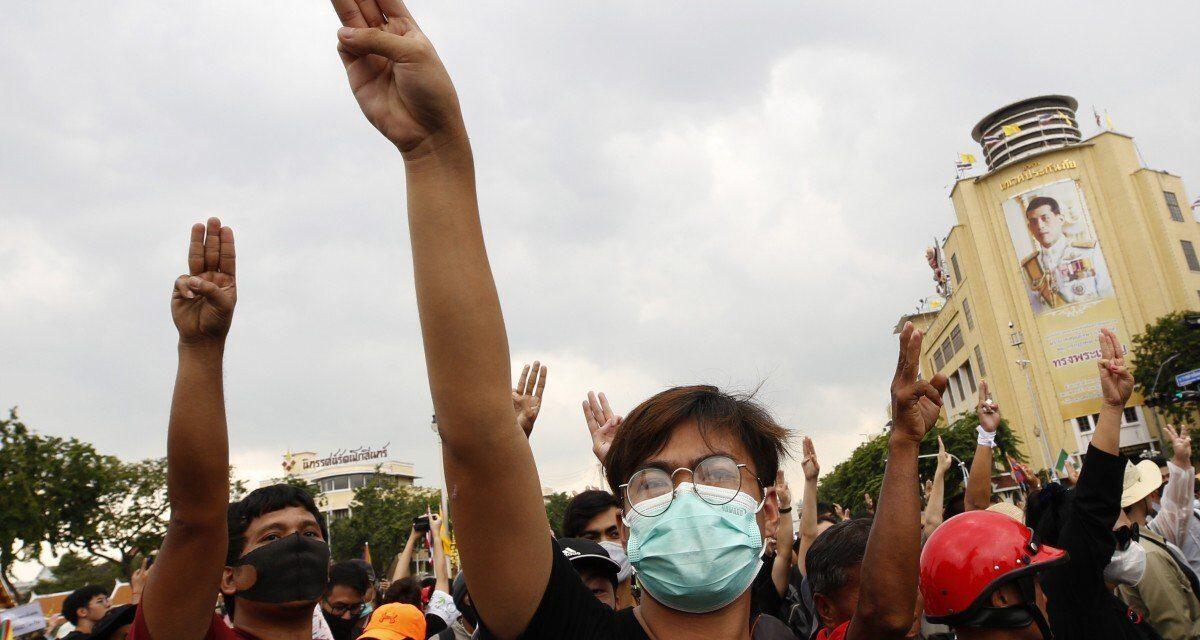 ม็อบชนม็อบที่อนุสาวรีย์ประชาธิปไตยเที่ยงวันที่ 14 ตุลาคม คลิปจากสำนักข่าว South China Morning Post
