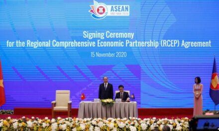 ที่ประชุมสุดยอดอาเซียนตัดสินใจให้ความสำคัญปัญหาเศรษฐกิจและโควิด-19 มากกว่าข้อพิพาทในทะเลจีนใต้