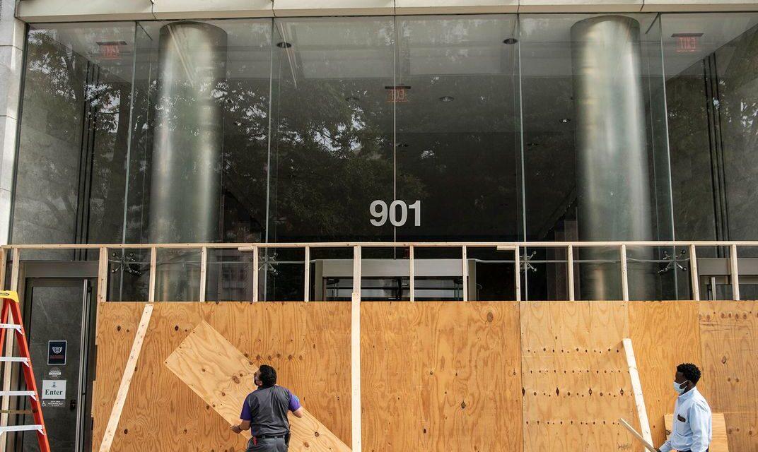ร้านค้าติดไม้กระดานในลอสแองเจลิสและที่เมืองอื่น ๆ ทั้วอเมริกาที่คาดว่าจะเกิดความรุนแรงในการเลือกตั้ง