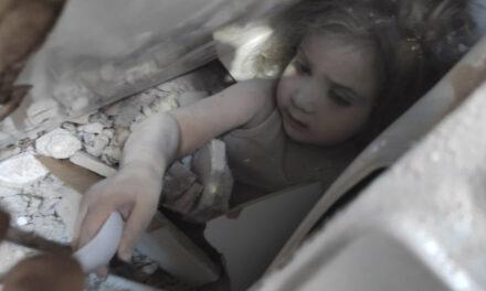 หน่วยกู้ภัยตุรกีดึงเด็กหญิงขึ้นจากซากปรักหักพัง 4 วันหลังแผ่นดินไหว