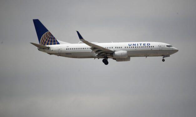 ชายที่ป่วยในเที่ยวบิน United ไปแคลิฟอร์เนียและเสียชีวิตด้วยโรค COVID