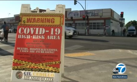 ป้ายบริเวญชุมชนหลายแห่งส่งสัญญาณเตือน COVID-19 ในพื้นที่เสี่ยงสูงของแอลเอ ซึ่งมีผู้เสียชีวิตเพิ่มขึ้น