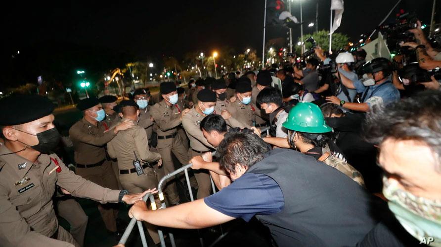 กรุงเทพฯ กลุ่มผู้ประท้วงไทยปะทะกับตำรวจ เมื่อคืนวันเสาร์ที่ผ่านมานี้ 13 กพ. บาดเจ็บ 40
