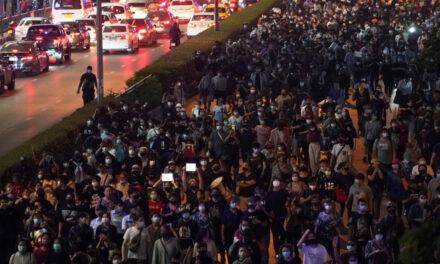 เมื่อคืนวันพุธผู้ประท้วงชาวไทยออกไปประท้วงตามท้องถนนตามกฎหมายหมิ่นพระบรมเดชานุภาพ ม.112