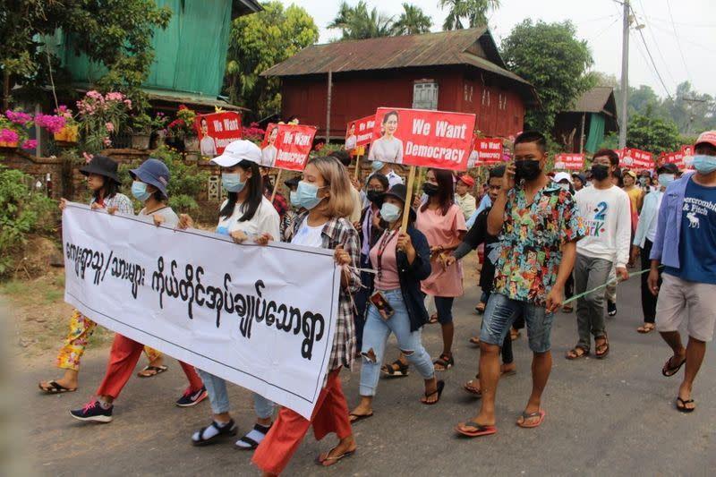 ผู้ก่อความไม่สงบในเมียนมาเตือนความขัดแย้งที่เพิ่มมากขึ้นเมื่อเพื่อนบ้านกดดันรัฐบาลทหาร