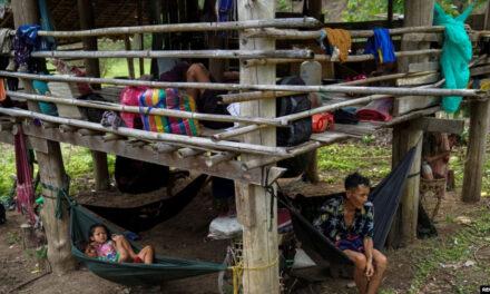 ชาวบ้านกะเหรี่ยงหลายพันคนเตรียมข้ามมายังฝั่งไทย หากเหตุปะทะทวีความรุนแรง