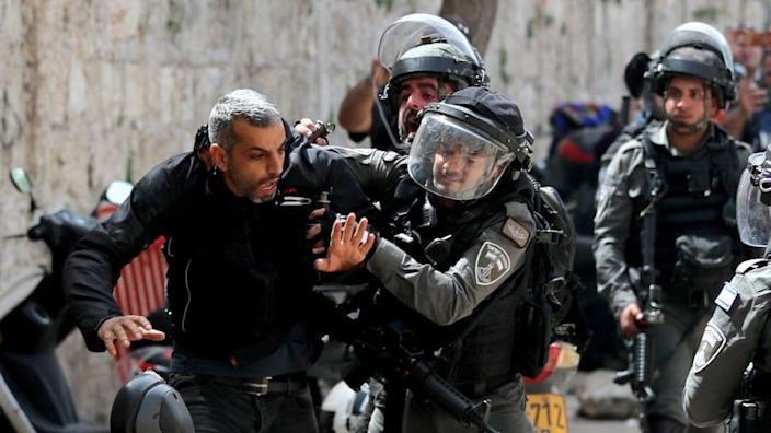 ภาพที่น่าตกใจแสดงให้เห็นมัสยิดในกรุงเยรูซาเล็มกลายเป็นเขตสงครามชาวปาเลสไตน์หลายร้อยคนได้รับบาดเจ็บ