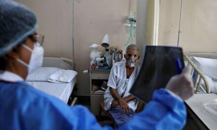 แพทย์ฝึกหัดชาวอินเดียดึงตัวจากการสอบเพื่อต่อสู้กับการแพร่ระบาดของไวรัสโควิดที่ใหญ่ที่สุดในโลก