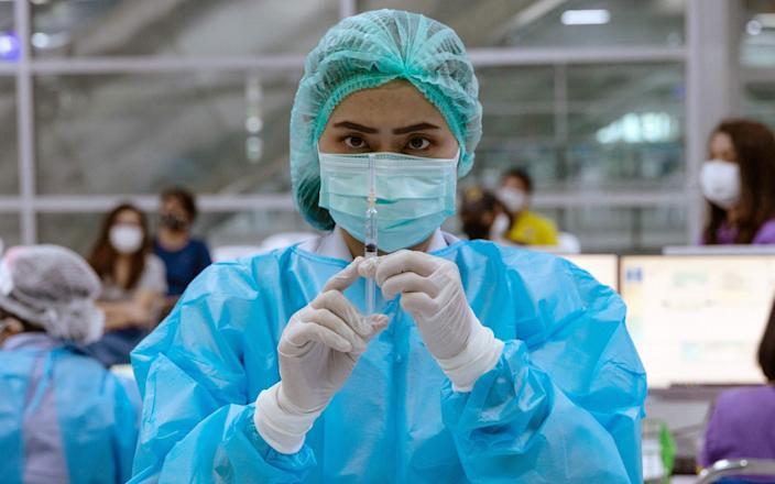 ประเทศไทยกำลังพิจารณา booster shot จากวัคซีนตะวันตก หลังจากเจ้าหน้าที่สาธารณสุข 600 คนได้รับวัคซีนจากจีนที่ติดเชื้อ COVID-19