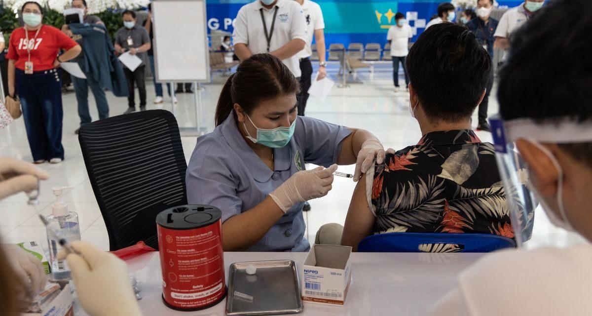 การเปิดตัววัคซีนของประเทศไทยเกิดความโกลาหลกับการยกเลิก การขาดแคลนยา