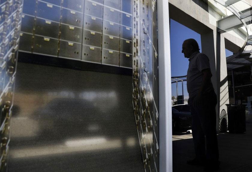 เอฟบีไอต้องการเก็บเป็นโชคลาภ เงินสด ทอง และอัญมณี จากตู้นิรภัยที่ยึดมาจากเมือง Beverly Hills เป็นการใช้อำนาจในทางที่ผิดหรือไม่?