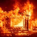 ไฟป่าเลวร้ายลง แล้วทำไมสหรัฐฯ ยังสร้างบ้านด้วยไม้? นิสัยเก่าตายยาก