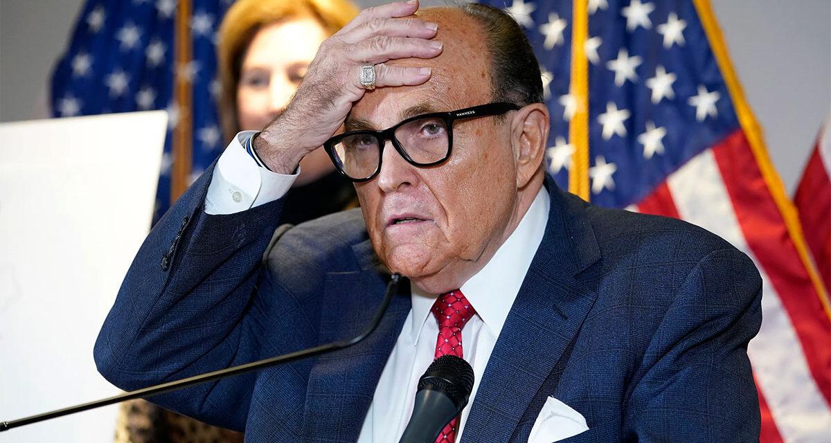 Rudy Giuliani อดีตทนายความส่วนตัวของอดีตประธานาธิบดี Donald Trump ถูกสั่งพักงานเมื่อวันพฤหัสบดีจากการฝึกฝนกฎหมายในนิวยอร์ก