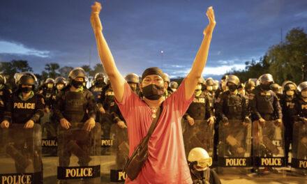 นักเคลื่อนไหวเพื่อประชาธิปไตยไทยเดินขบวนต่อต้านรัฐบาล