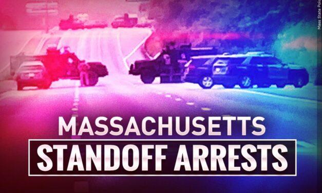 ชาย 11 คนถูกควบคุมตัวหลังจากการเผชิญหน้ากับตำรวจด้วยอาวุธปืนยาวนานหลายชั่วโมงบน I-95