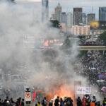 สื่อนอกรายงานตำรวจใช้กำลังสลายการชุมนุมในกรุงเทพฯ ขณะยอดผู้ติดโควิดยังพุ่งสูง