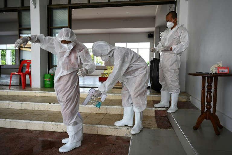 พระไทยใส่ชุดป้องกัน ผู้ป่วยโควิดพุ่งสูง