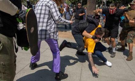 Los Angeles Anti-Vaxx Rally จบลงด้วยการแทงผู้ชายทะเลาะวิวาทรุนแรง