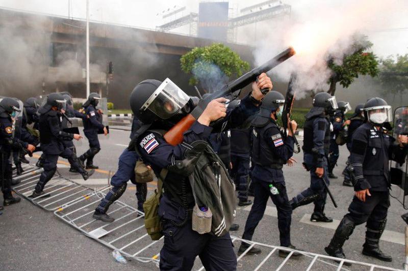 ตร.ไทยปะทะผู้ประท้วงหลายพันคนชุมนุมต่อต้านรัฐบาล